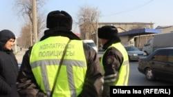 Жол-патрульдік полиция қызметкерлері автобустарды тексеріп жүр. Шымкент, 30 қаңтар 2018 жыл