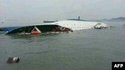 Перевернувшийся паром. Снимок сделан 16 апреля. Через два дня паром полностью затонул.