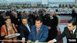 И последние станут первыми. Личный врач президента Ниязова Курбанкули Бердымухаммедов (справа) готовится освоить его полномочия в полном объеме