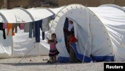 لاجئون سوريون في مخيم بمدينة القائم العراقية