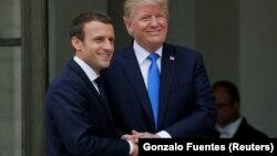 Fransa prezidenti Emmanuel Macron (solda) və ABŞ prezidenti Donald Trump