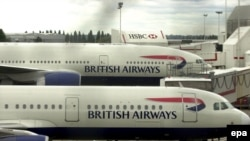 British Airways пытается связаться с пассажирами этих рейсов, а речь идет о 33 тысячах пассажиров 221 европейского рейса, плюс 3 тысячи членов экипажа и обслуживающего персонала «Боингов»