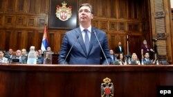 Kryeministri i zgjedhur serb, Aleksandar Vuçiq, derisa i drejtohet parlamentit në Beograd