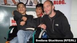 18-летний алматинец Бахытжан Джуманов, его двоюродный брат Артём Ким и французский художник Николя Журну. Астана, 1 ноября 2012 года.