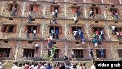 Індыйцы ў горадзе Гаджыпур лезуць на сьцяну школы, каб падказаць адказы на пытаньні іспыту.