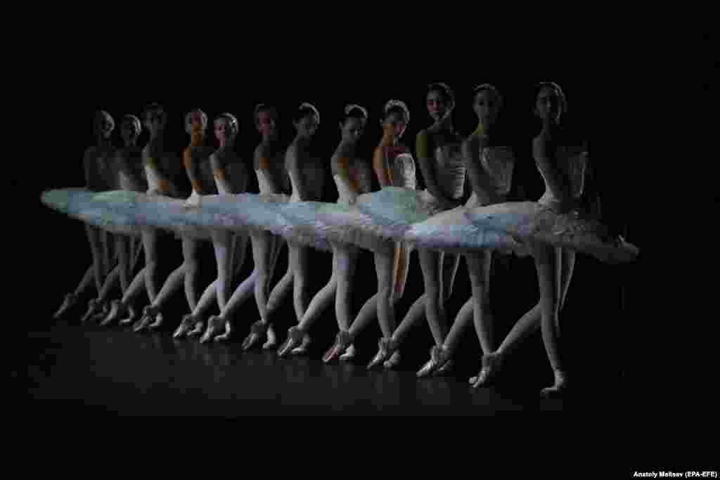 """Balerine dansează în timpul repetiției generale a baletului """"Lacul lebedelor"""", pe scena Teatrului Mihailovski din Sankt Petersburg, Rusia. Spectacolul de balet este coregrafiat de dansatorul și coregraful spaniol Nacho Duato."""