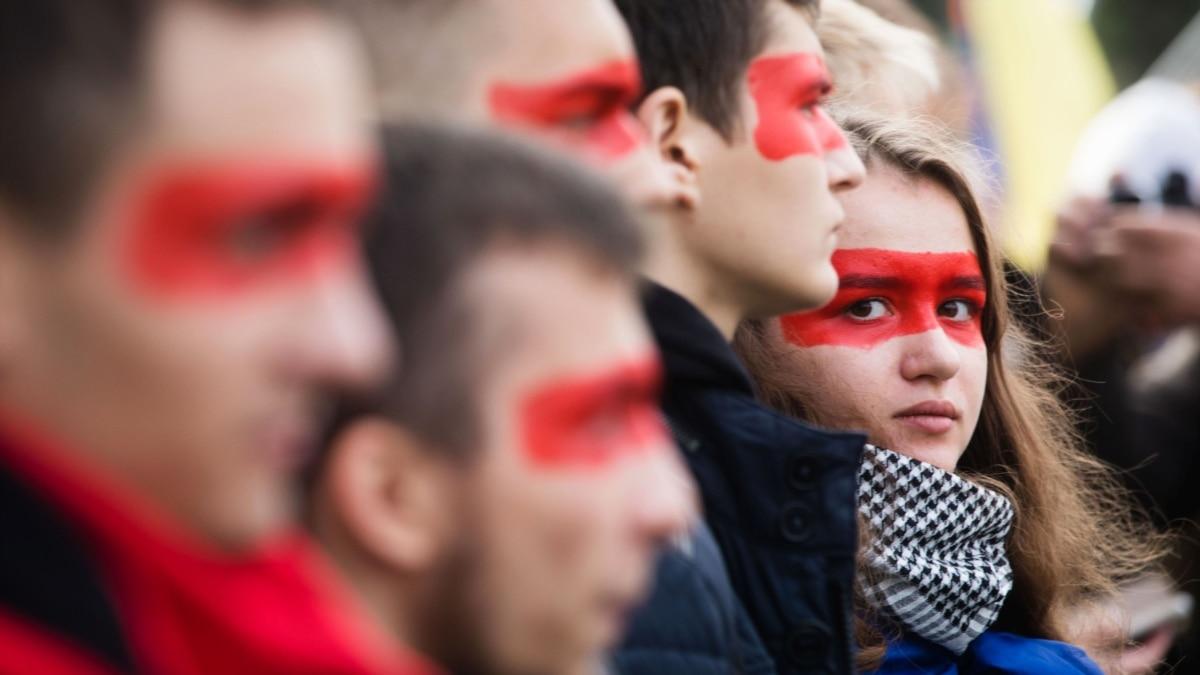 Зеленского провоцируют на конфликт с обществом – Олег Романчук
