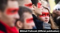 Учасники віча «Зупинимо капітуляцію!» із червоною лінією на обличчях під час здійснення «обходу» урядового кварталу. Київ, 6 жовтня 2019 року