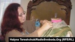 Віоліна Даренська робить останні штрихи