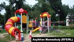 Игровая площадка во дворе детского сада. Иллюстративное фото.