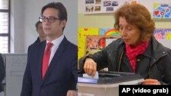 Комбіноване фото: Стево Пендаровський (л) і Ґордана Силяновська-Давкова (п) голосують на виборах президента, Скоп'є, 5 травня 2019 року