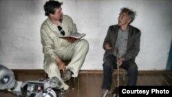 Грегорі Андерсен (л) зустрівся з Максимом Тарлатановим, який говорить рідкісною чулимською мовою, якою вільно говорять менш як 40 людей. Фотографія: Living Tongues Institute For Endangered Languages