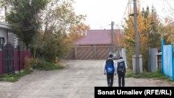 Дети идут в школу в жилом массиве Коктал-1. Нур-Султан, 10 октября 2019 года.