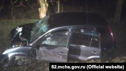 Автомобиль Ford, который врезался в дерево