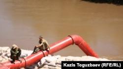 Закачка воды для орошения полей. Восточно-Казахстанская область, 24 мая 2011 года. Иллюстративное фото.