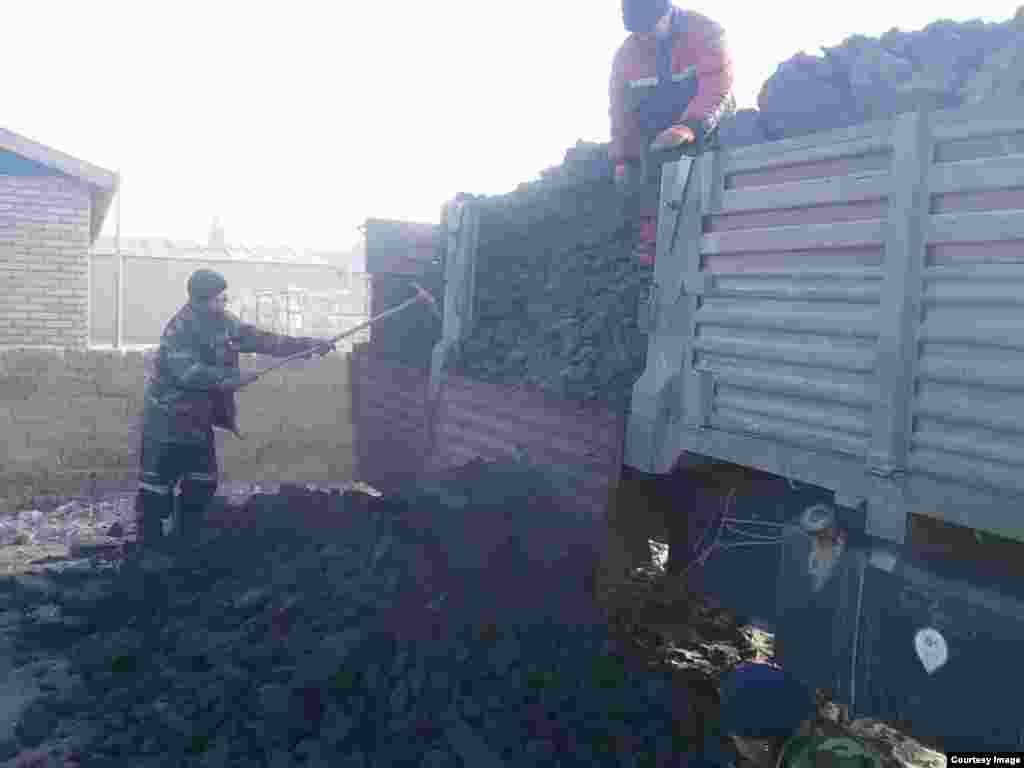 Разгрузка угля, купленного на средства живущих во Франции казахов.