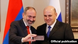 Премьер-министр Армении Никол Пашинян делает селфи с премьер-министром РФ Михаилом Мишустиным в Алматы, Казахстан, 31 января 2020 г.