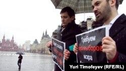 Депутаты Госдумы Илья Пономарев (справа) и Дмитрий Гудков на пикете с требованием перевыборов мэра Астрахани