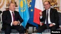 Қазақстан президенті Нұрсұлтан Назарбаев (сол жақта) пен Франция президенті Франсуа Олланд. Париж, 5 қараша 2015 жыл.