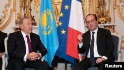 Нурсултон Назарбоев (чапда) ва Франсуа Олланд.