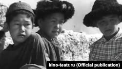 """""""Атадан калган туяк"""" фильминен бир көрүнүш. kino-teatr.ru сайтынан алынган фотосүрөт."""