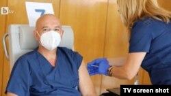 Ген. Венцислав Мутафчийски си постави трета доза ваксина.