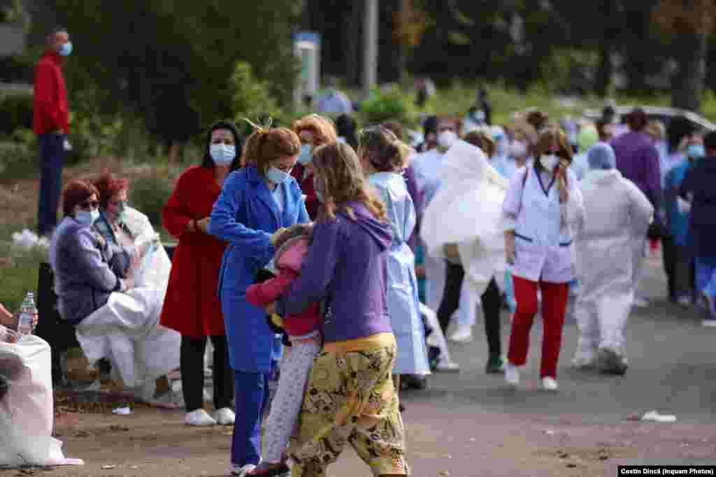 Pacienți și medici evacuați stau în curtea Spitalului de Boli Infecțioase din Constanța. Drama din Constanța arată limitele sistemului medical.
