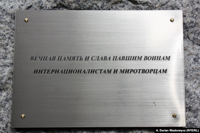 The Russian-language text of the plaque said: 'In eternal memory and honor of the fallen soldiers, internationalists, and peacemakers.'