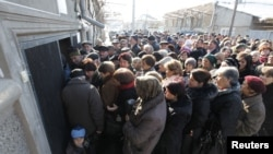 Несмотря на заверения югоосетинских чиновников о том, что граждане республики смогут подавать документы и после истечения срока, мало кто собирается рисковать и оставлять это дело на потом