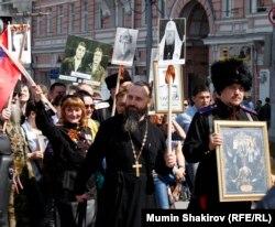 """В акции """"Бессмертный полк"""" участвовали священнослужители и люди, называющие себя """"казаками"""" - один из них почему-то взял на шествие не фотографию родственника-фронтовика, а икону"""