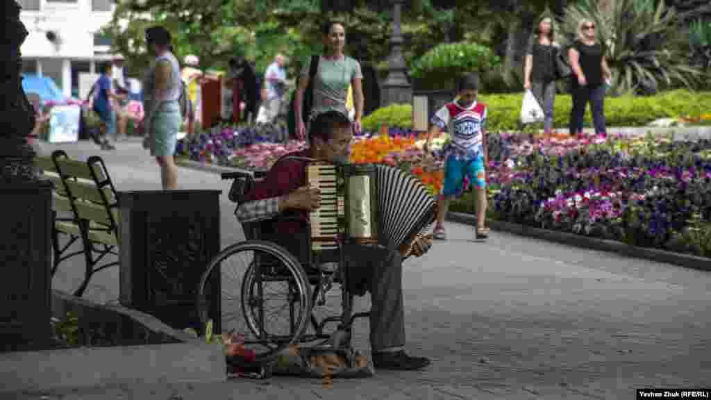 Цей музикант грає на німецькому акордеоні Horch виробництва колишньої НДР