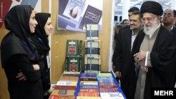 دیدار علی خامنهای از نمایشگاه کتاب سال ۱۳۹۲ در تهران