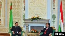 Turkmen President Gurbanguly Berdymukhammedov with Tajik President Emomali Rahmon in Dushanbe on March 18.