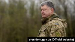 Președintele Petro Poroșenko vizitînd un poligon de instrucție militară de lîngă Kiev