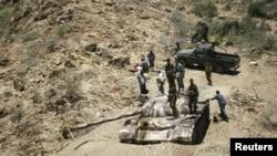 Йемен армияcының солдаттары мен үкіметті қолдайтын тайпалар әскері Лавдар қаласының маңында тұр. 6 мамыр 2012 жыл.
