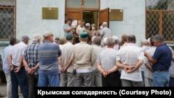 Мітинг кримських татар і мусульман проти переслідування співвітчизників біля будівлі підконтрольного Росії уряду Криму, Сімферополь
