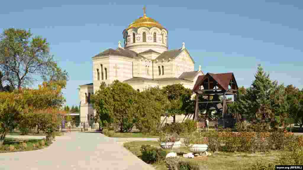 Краєвид на Володимирський собор з головної алеї заповідника