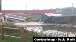 Спасатели ищут обломки поезда, сошедшего с рельсов на востоке Франции. 14 ноября 2015 года.