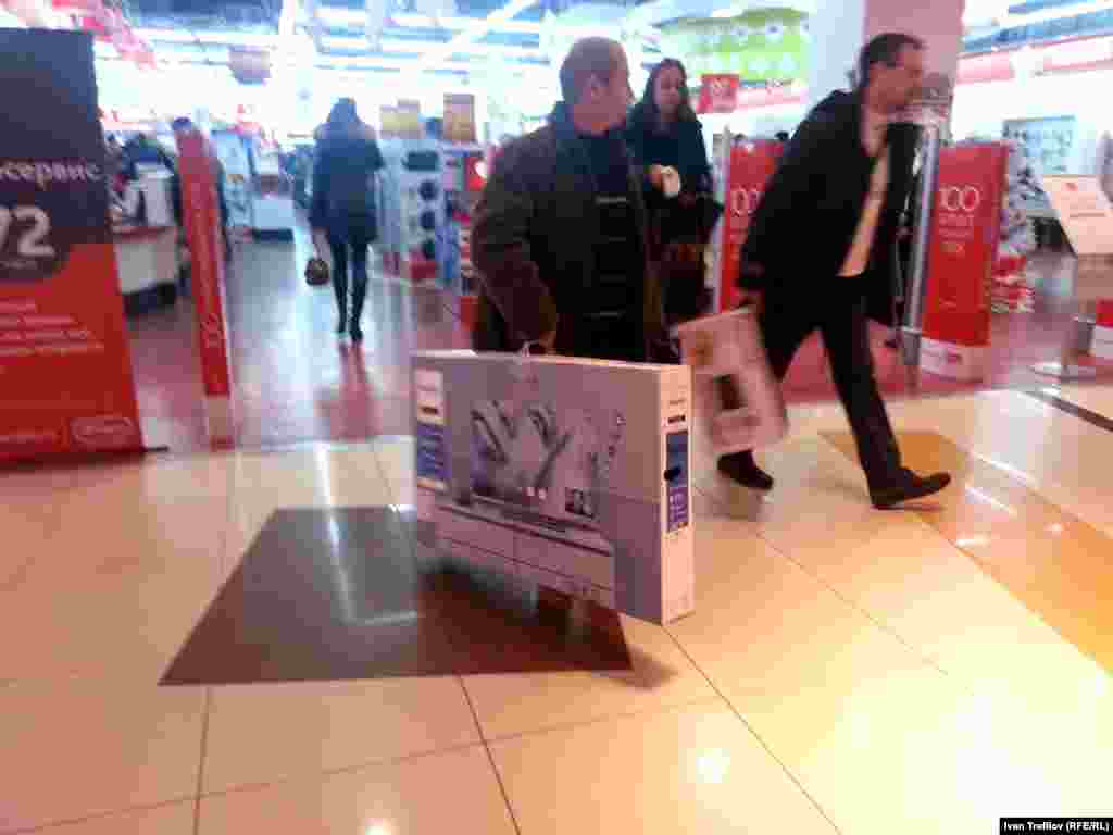 Счастливые покупатели покидают магазин