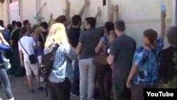 Незадоволни граѓани од преименувањето на улиците предизвикаа гужва пред влезот на Советот на град Скопје.
