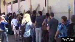 Граѓани удираат по ѕидовите од бараката во која се одржува седницата.