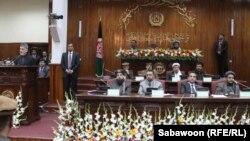 Ауғанстан президенті Хамид Карзай (сол жақ шетте) парламентте сөйлеп тұр. Кабул, 6 наурыз 2013 жыл.