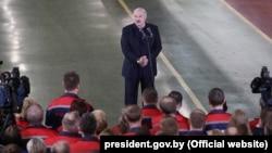 Аляксандар Лукашэнка размаўляе з работнікамі МТЗ. 29 траўня 2020 году