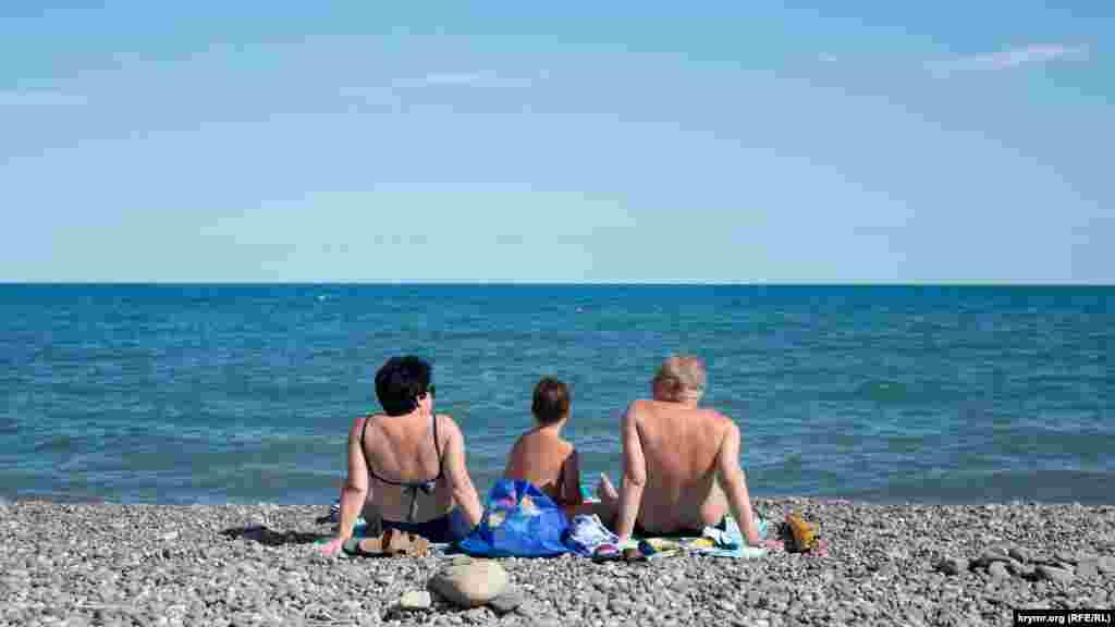 Отдыхающие на пляже, в основном, россияне