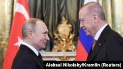 Presidenti i Rusisë, Vladimir Putin, dhe presidenti i Turqisë,Recep Tayyip Erdogan. Moskë, 8 prill 2019.