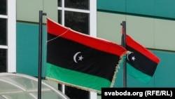 Сьцягі над лібійскай амбасадай у Менску