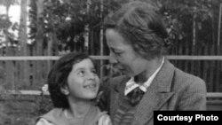 """Нора Галь с дочерью Эдвардой Кузьминой. <i>29 августа 1945 г. Поселок Кратово под Москвой</i>. [Фото — <a href=""""http://www.vavilon.ru/noragal"""" target=_blank>«Вавилон»</a>]"""
