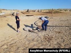 Бөлекбай Бейсенәлиев құдыққа сақтаған шұбатты алып жатыр. 22 маусым 2018 жыл