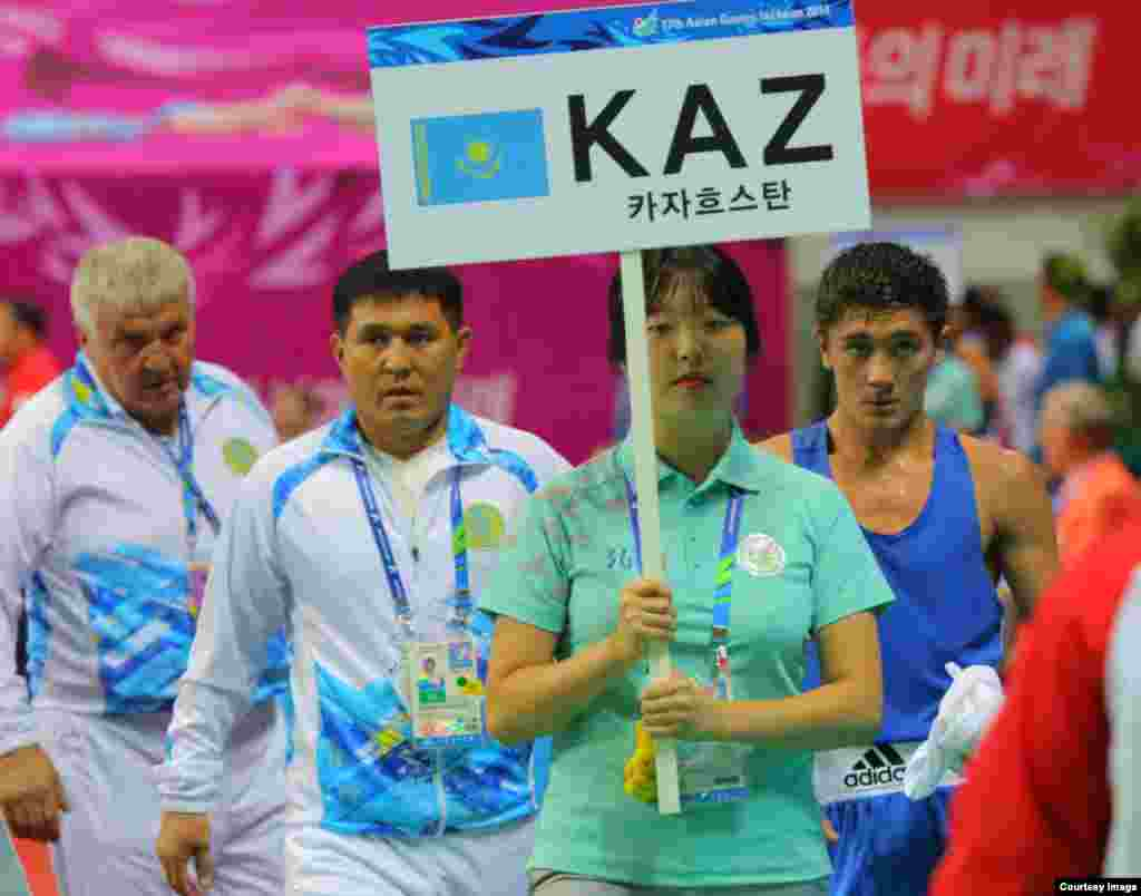 Боксер Ильяс Сулейменов (справа) тоже стал обладателем золотой медали. Фото Данияра Майлыбаева.