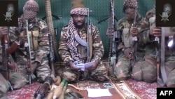 """Нигериялық """"Боко-Харам"""" экстремистік ұйымының жетекшісі Абубакар Шекау (ортада) мен ұйым мүшелері. Видеодан алынған скрин-шот, 25 қыркүйек 2013 жыл."""
